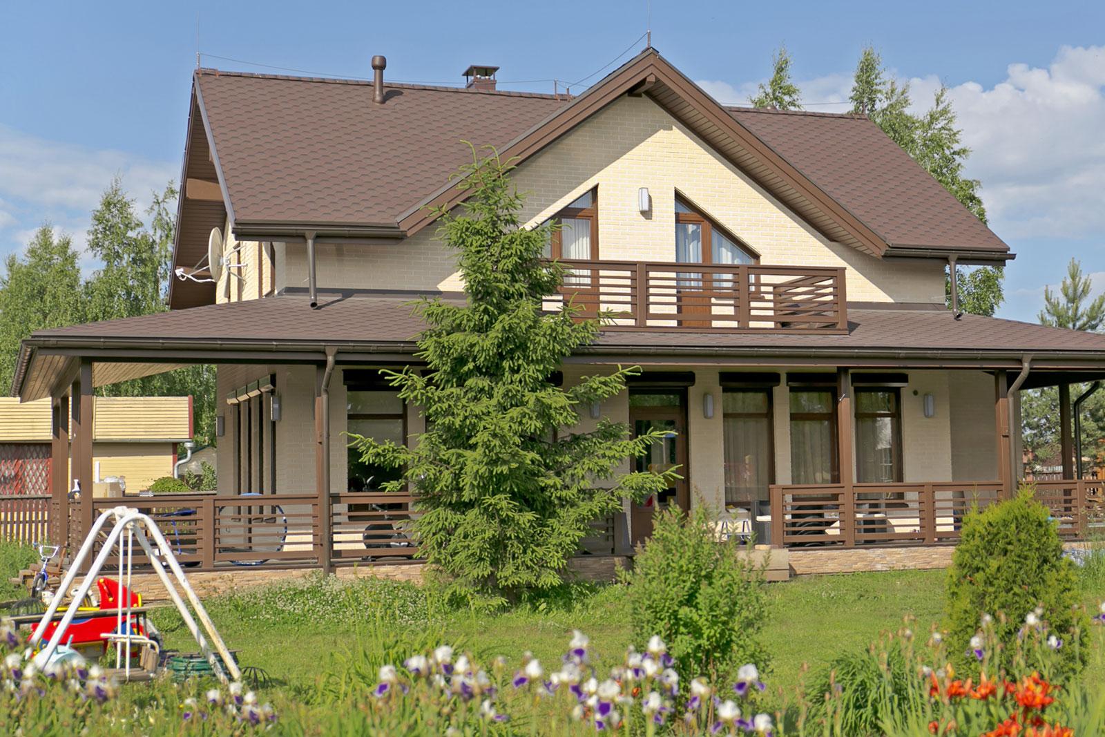 Проект каркасного дома с угловой террасой и просторныб балко.